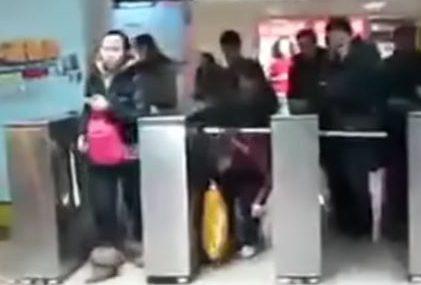 改札をくぐる中国人