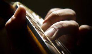 ギターの弦を指で押さえる