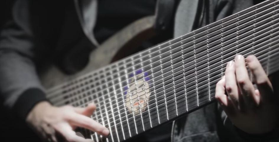 18弦ギターを弾きこなすYoutuberが現れる