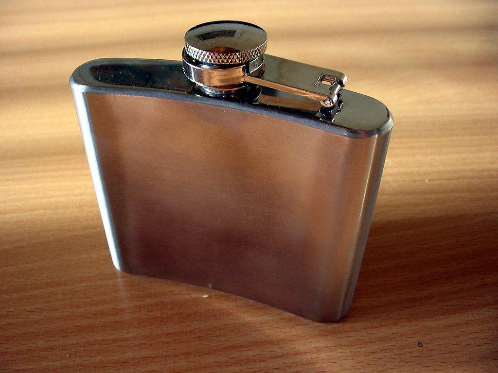 ウイスキーを持ち歩くあの缶の名前は一体何なのか