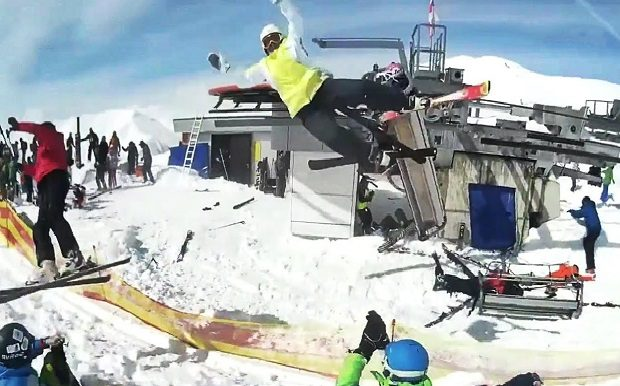 スキーリフトに吹っ飛ばれる人