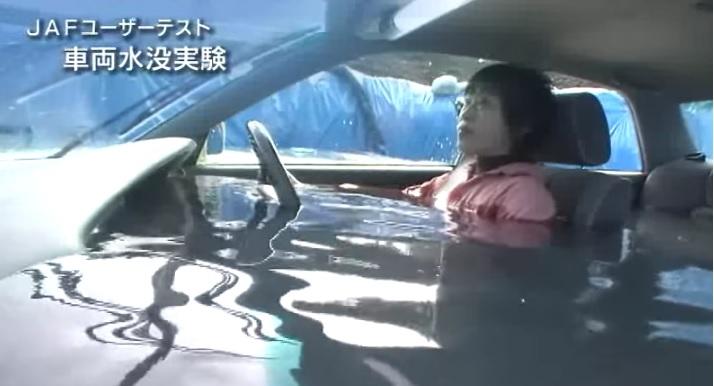 【車の所持者必見】車が水没しても一発で抜け出せるハンマーを国土交通省が推奨