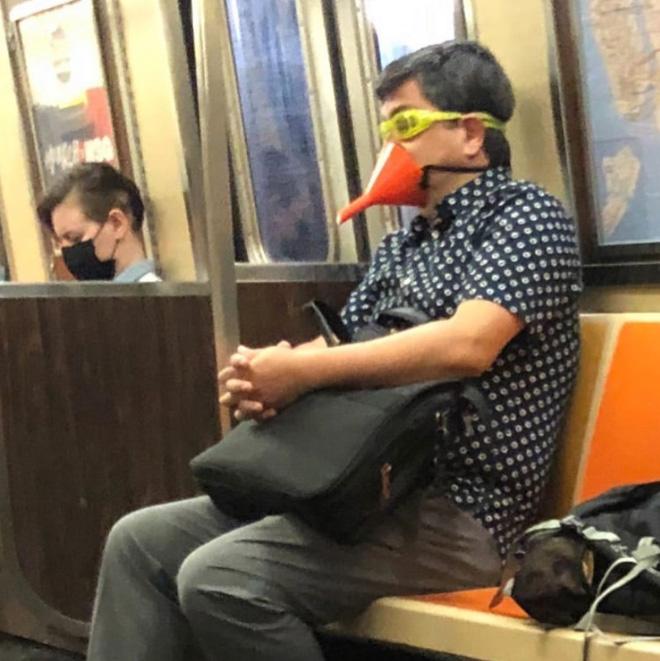【画像】地下鉄で遭遇した個性的なマスクの人たちまとめ