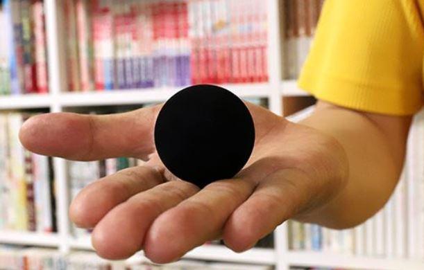 世界で最も黒い水性塗料「真・黒色無双」が黒すぎで何も見えないと話題に