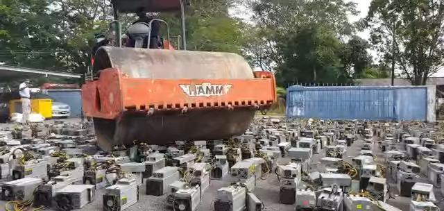 【マレーシア】1069台のマイニングPC、警察にロードローラーで破壊されてしまう